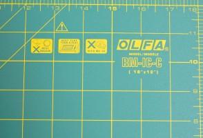 Коврик 45х30 см Olfa RM-IC-C для пэчворка. Правила эксплуатации напечатаны в правом верхнем углу коврика